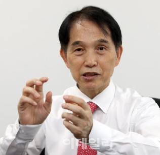 코로나 백신 개발 더딘 한국, 과학연구하는 의사 키워야