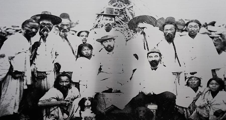 거문도의 영국군들과 거문도 주민 (거문도의 영국군 묘지석 사진)