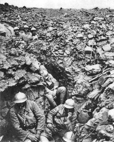 제1차 세계대전 중 서부전선 격전지였던 프랑스 베르됭의 참호에서 독일군과 대치 중인 프랑스 병사들. 지리한 참호전과 참호 내의 열악한 환경은 1918년 인플루엔자 팬데믹의 비옥한 토양이 되었다